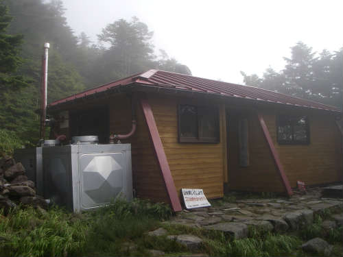 恵那山頂避難小屋