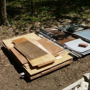 廃材の整理をする