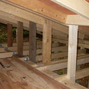 小屋四隅の補強材と垂木の支えの取り付け