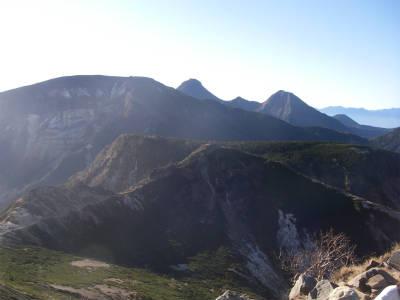 硫黄岳の向こうの赤岳