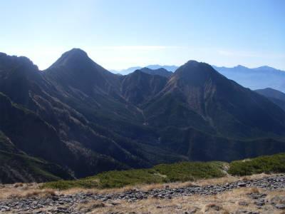 主峰赤岳を望む