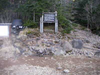 小屋前の水場