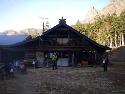 小屋の入口側