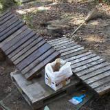 側溝の木製フタに廃油を塗って防腐・防虫処理