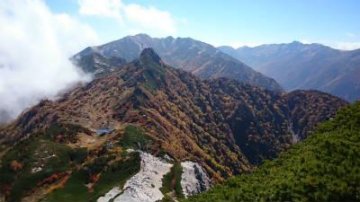 烏帽子岳の山容は特徴的
