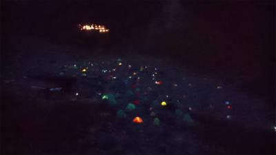 テント村の夜