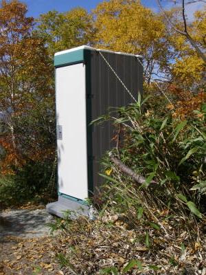 テントサイトの仮設トイレ