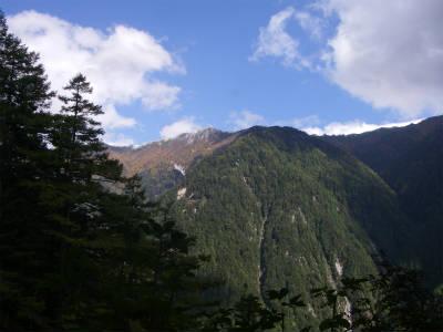 燕岳を見上げる。