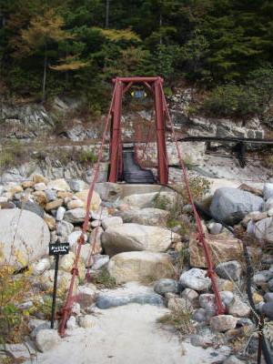 温泉へはまずサイト近くの吊り橋を渡る。