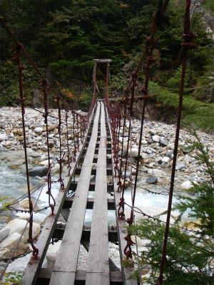 2つ目の吊り橋を渡り右手の湯俣川の河原に下りる。