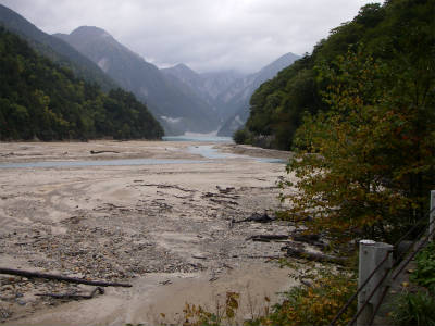 高瀬ダムが見えてきた。