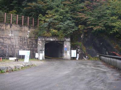 トンネル出口は広い。