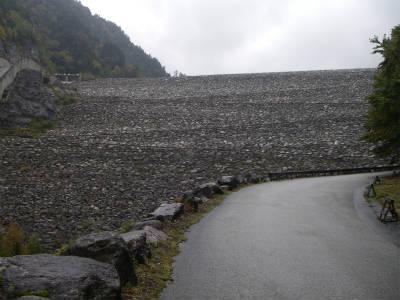 巨大なダムの堤
