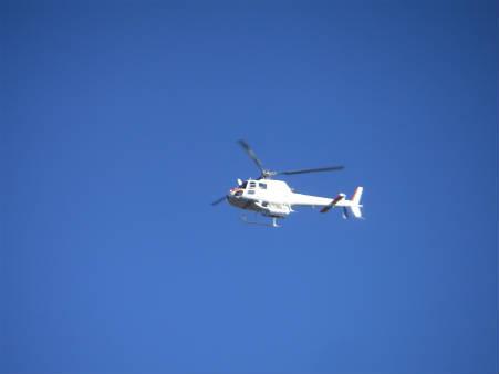 北穂高小屋上空を通過するヘリコプター
