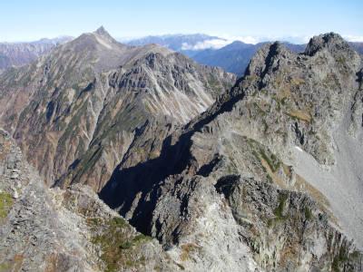 涸沢岳山頂から縦走路を振り返る。