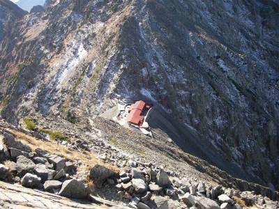 白出のコルにある穂高岳山荘に向かって下降する。