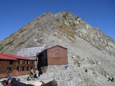 山荘から涸沢岳を見上げる。