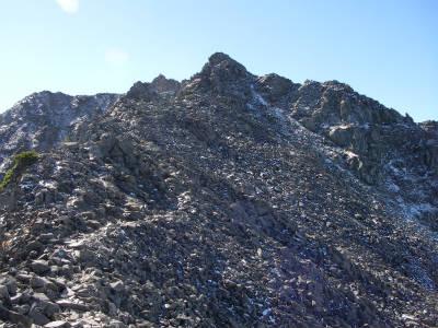 始めの梯子と鎖場を過ぎれば奥穂山頂まではなだらかな登りとなる。