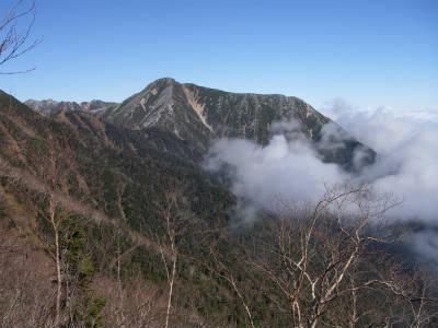 常念岳に雲が迫る。