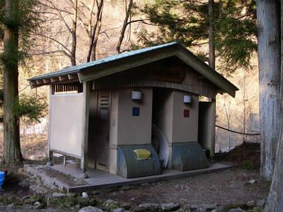 境内入り口にあるトイレ