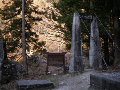 神社横の吊り橋を渡る。