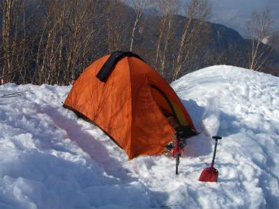 平らなスペースにテントを設営した。