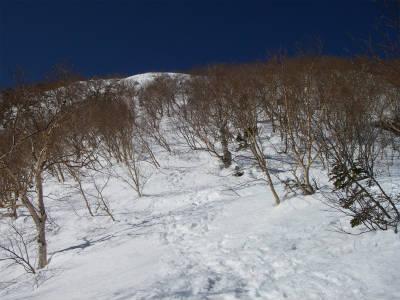 8合目に向けて急斜面を登る。