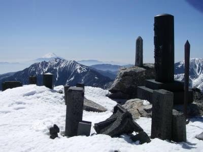 山頂手前の石碑