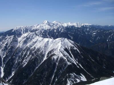 遠くに北岳と間ノ岳が見える。