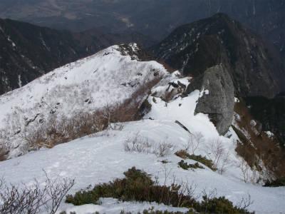 山頂からの8合目へ下る尾根道。