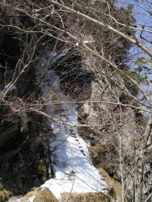 5合目横の木の階段が雪に埋もれているので注意する。