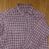 山シャツの襟周りを直す。