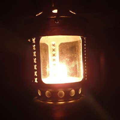 ろうそくの明かりで過ごす。