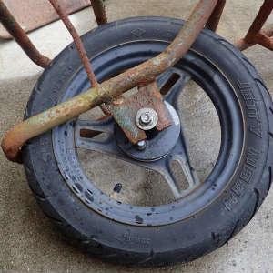 錆びてボロボロの一輪車を復活させる