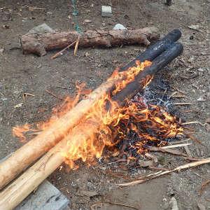 掘っ立て柱をこんがり焼いて防腐処理など