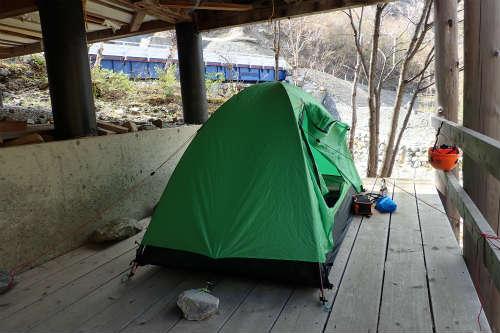 飯場跡ログハウスにてテント設営