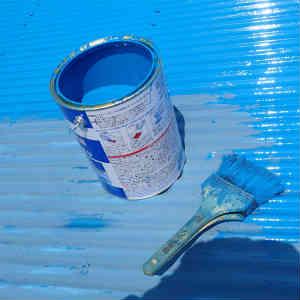 物置きの屋根のペンキ塗り